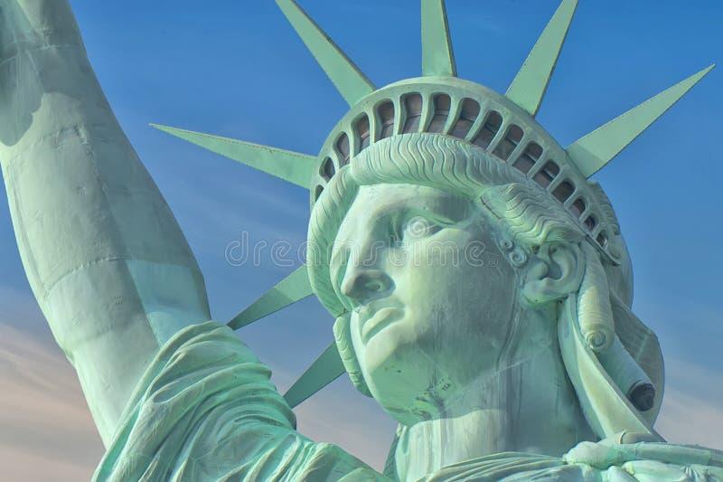 Standbeeld van vrijheids dichte omhooggaand op blauwe bewolkte achtergrond royalty-vrije stock afbeeldingen