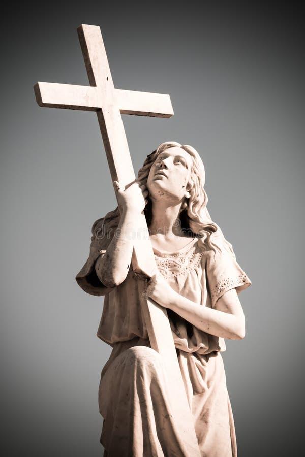 Standbeeld van vrouw met Kruis stock afbeelding