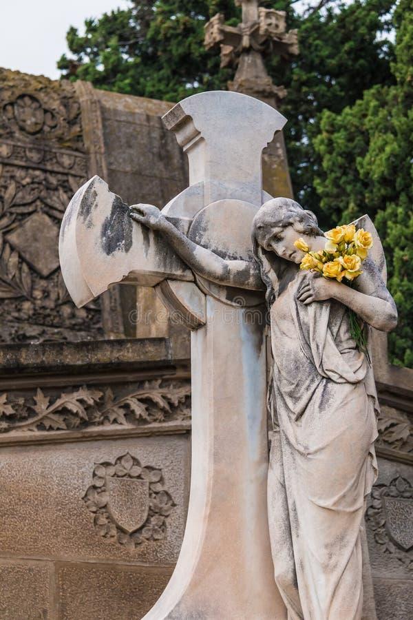 Standbeeld van vrouw met kruis op Montjuic-Begraafplaats, Barcelona, Spanje stock afbeeldingen