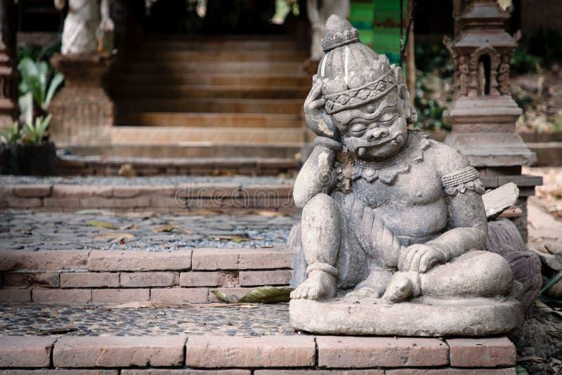 Standbeeld van weinig, denkend demon voor tempel in Chiang Ma stock afbeelding