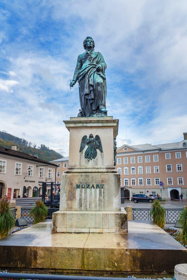 Standbeeld van Wolfgang Amadeus Mozart op Mozartplatz of Mozart Square in oude stad van Salzburg oostenrijk stock foto