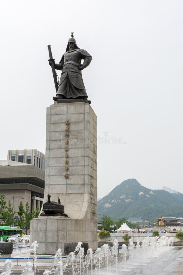 Standbeeld van Yi-zon-Zonde in Seoel en de achtergrond van Gyeongbokgung stock foto