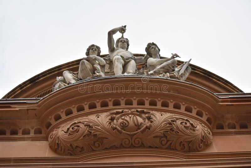 Standbeeld voor het oude gebouw in de stad stock fotografie