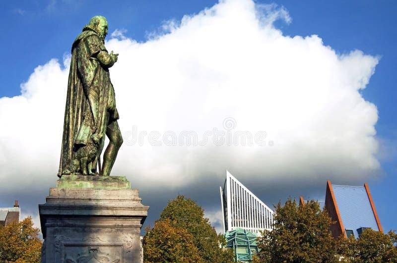 Standbeeld William van Sinaasappel en wolkenkrabbers Den Haag royalty-vrije stock afbeeldingen