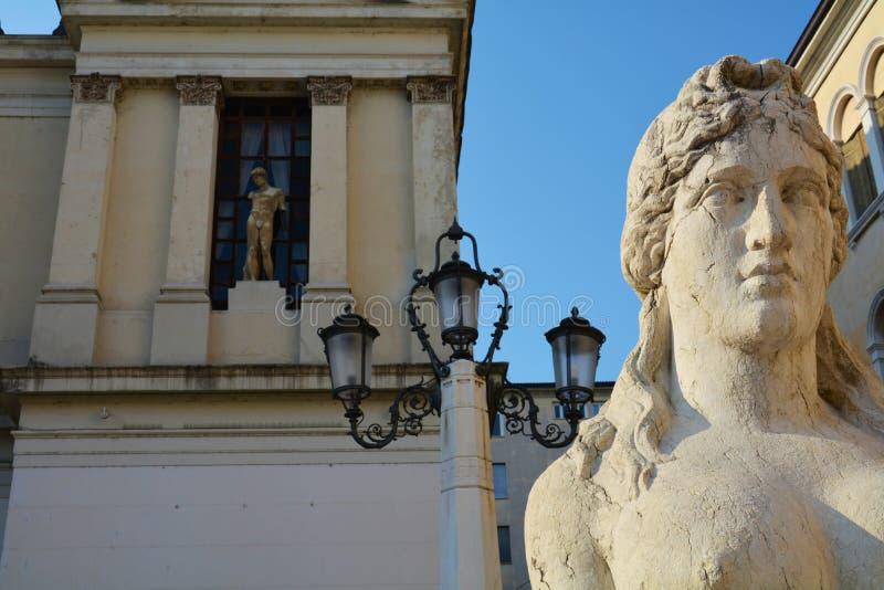 Standbeelden, Academievierkant in Conegliano, Italië royalty-vrije stock foto's