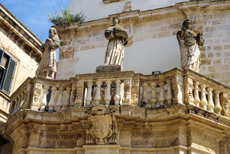 standbeelden bij de ingang aan Piazza Duomo, Lecce royalty-vrije stock foto's