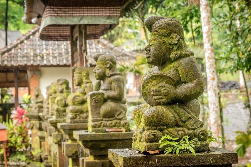 Standbeelden bij de Tempel van Tirta Empul in Bali, Indonesië stock afbeelding