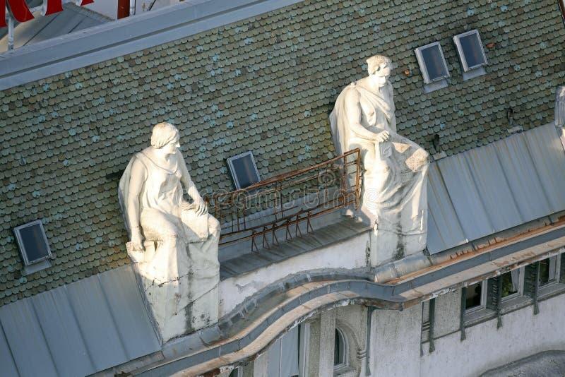 Standbeelden bovenop de oude stadsgebouwen op het Vierkant van Verbodsjelacic in Zagreb stock fotografie