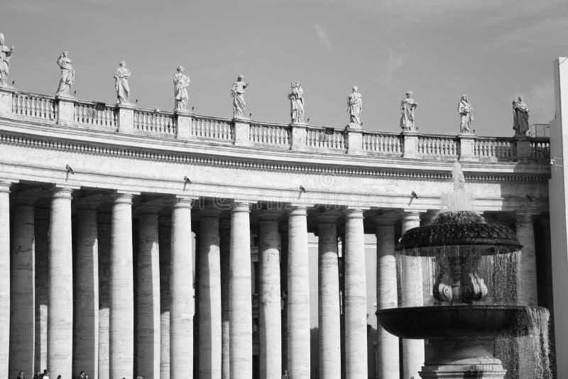 Standbeelden die boven op Pijlers met Fontein in Rome zitten royalty-vrije stock foto's