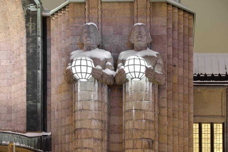 Standbeelden die sferische lampen houden bij het Centrale station van Helsinki royalty-vrije stock afbeeldingen