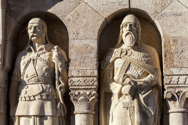 Standbeelden die Vissersbastion in Boedapest verfraaien stock afbeelding