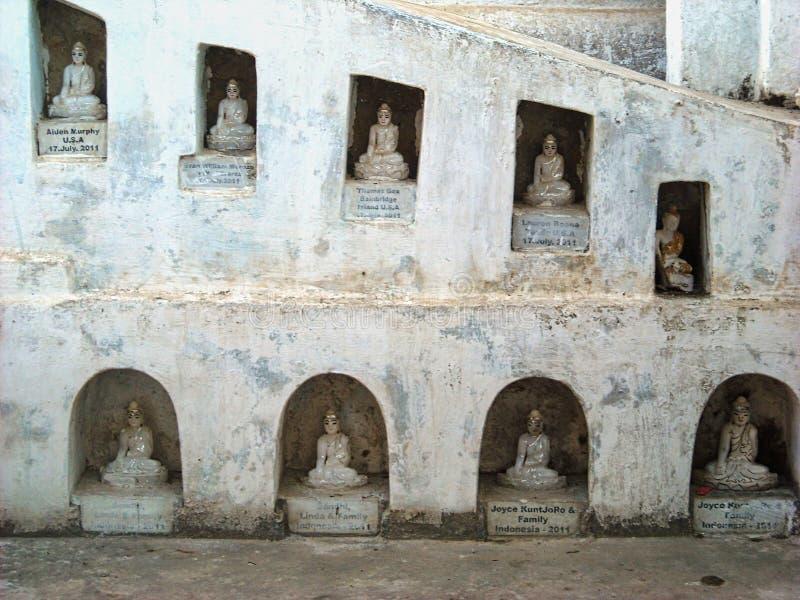 standbeelden in een tempel van Boedha in Birma stock foto's