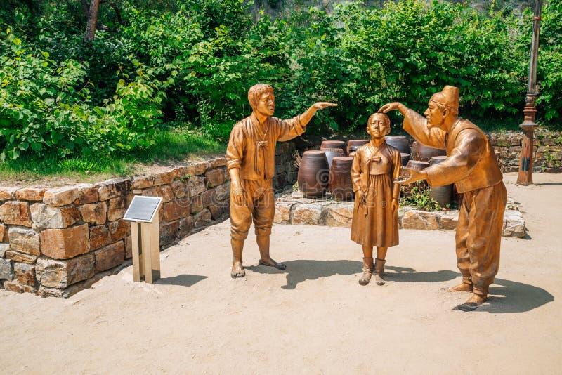 Standbeelden in literair dorp van Kim u jeong, Chuncheon, Korea royalty-vrije stock afbeelding