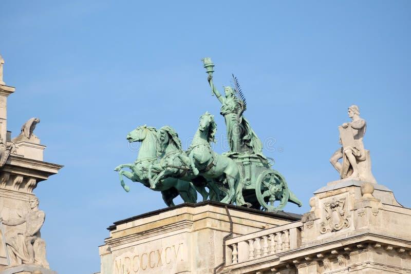 Standbeelden op dak van Museum van Etnografie in Boedapest stock foto's