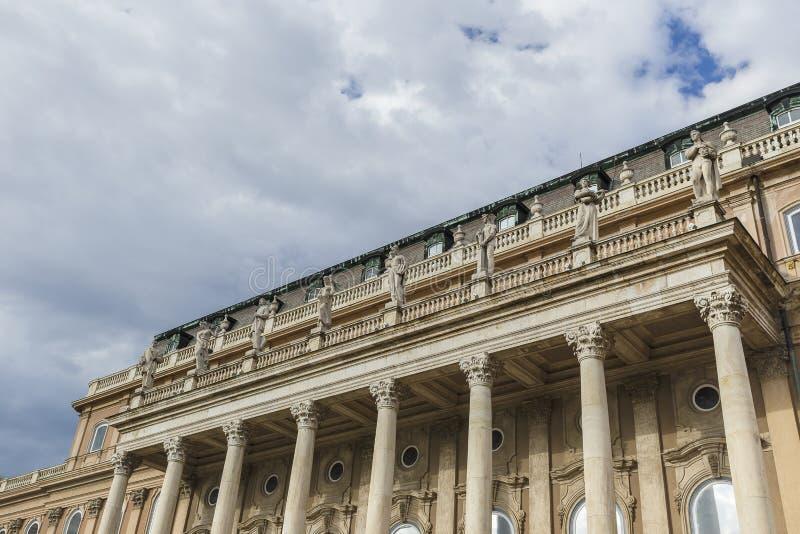 Standbeelden op de voorgevel van de koninklijke woonplaats in Buda Castle Buda stock afbeelding