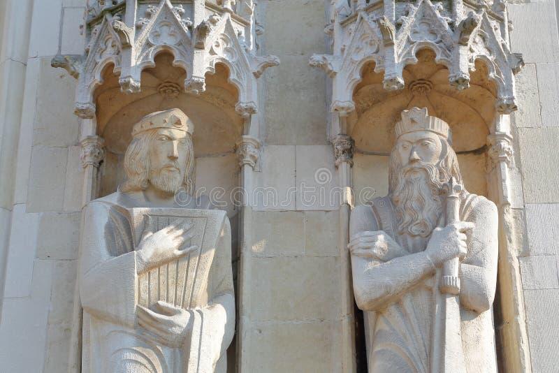 Standbeelden op de voorgevel van het Stadhuis op Burg-Vierkant in Brugge stock afbeelding