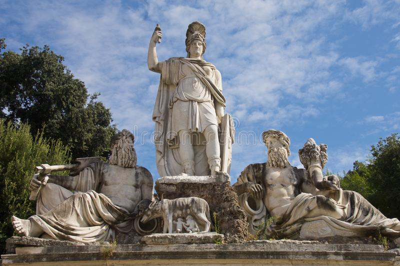 Standbeelden op Fontein in Piazza Del Popolo stock foto's