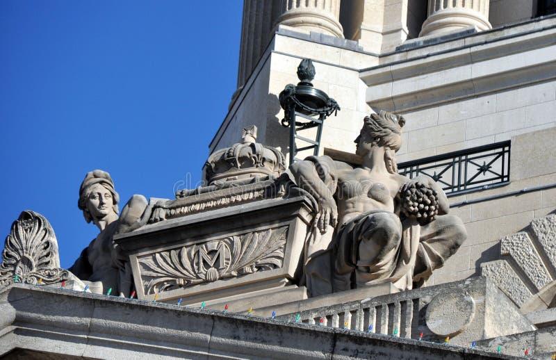 Standbeelden op het dak stock afbeelding