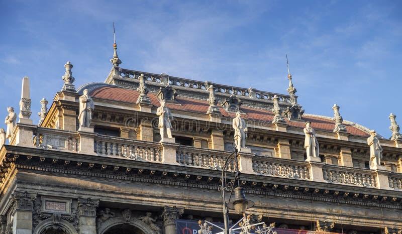 Standbeelden op het dak van het de Operahuis van Boedapest stock fotografie