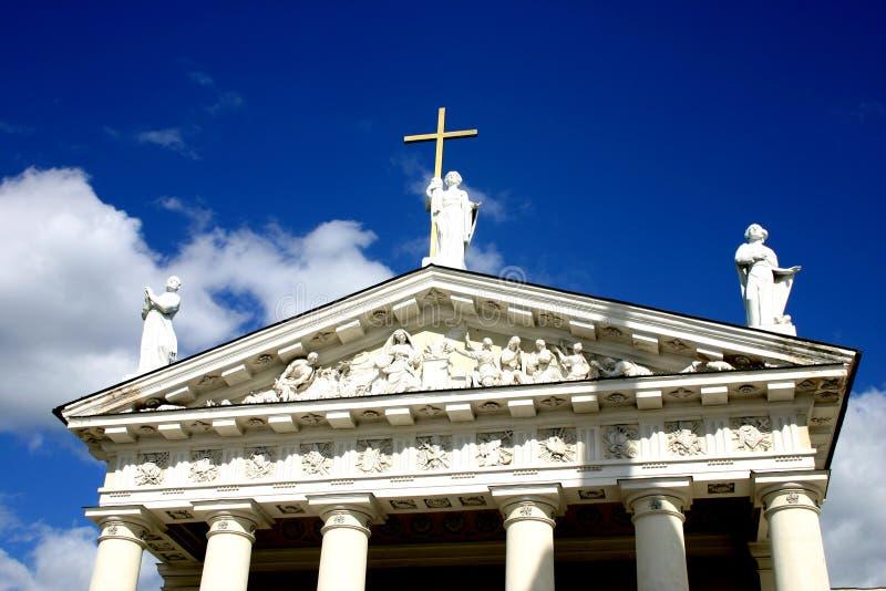 Standbeelden op het kathedraaldak royalty-vrije stock afbeelding