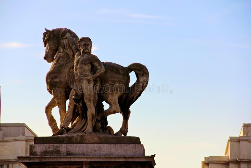 Standbeelden in Pont Alexandre III Brug over de Rivierzegen in Parijs stock foto's