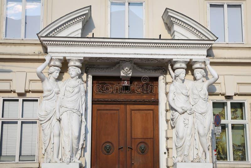 Standbeelden in Poort van Palais Pallavicini, Wenen, Oostenrijk royalty-vrije stock foto's