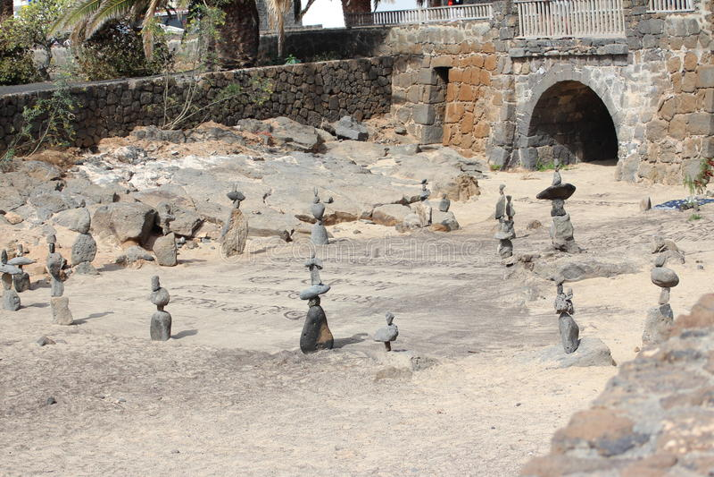 Standbeelden uit ronde stenen worden gemaakt die royalty-vrije stock foto's