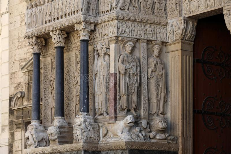 Standbeelden van apostelen op de Kathedraal van het westen poortheilige Trophime in Arles, Frankrijk royalty-vrije stock foto