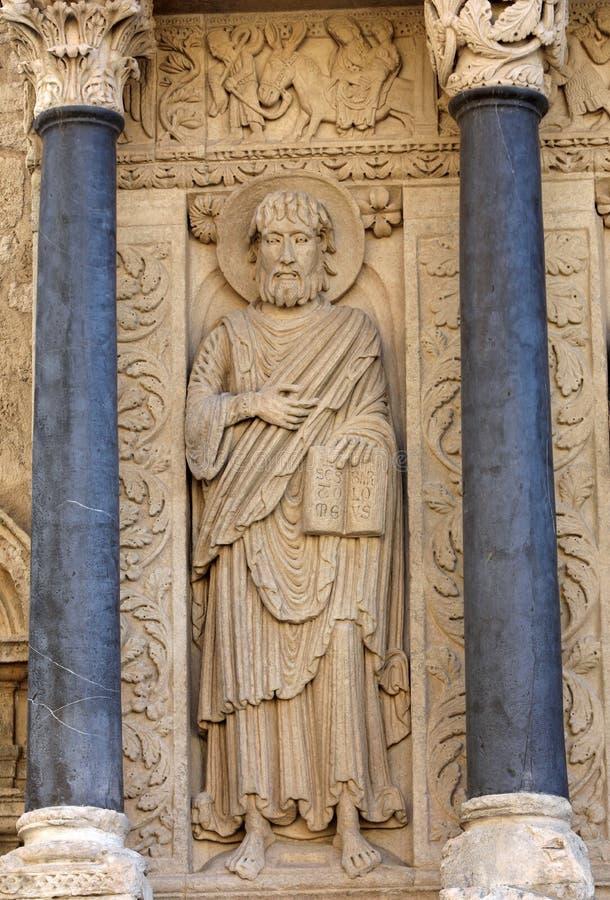 Standbeelden van apostelen op de Kathedraal van het westen poortheilige Trophime in Arles, Frankrijk stock afbeelding