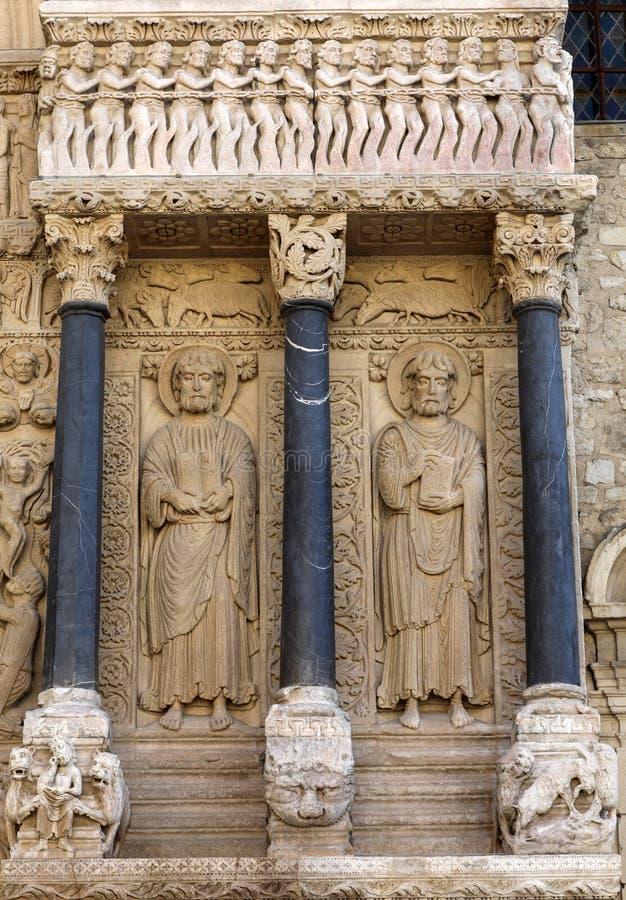 Standbeelden van apostelen op de Kathedraal van het westen poortheilige Trophime in Arles, Frankrijk De bouches-du-Rhône, royalty-vrije stock afbeelding