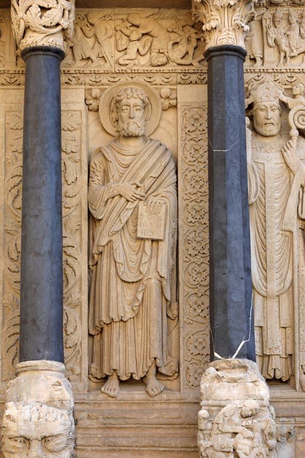 Standbeelden van apostelen op de Kathedraal van het westen poortheilige Trophime in Arles, Frankrijk De bouches-du-Rhône, stock afbeelding