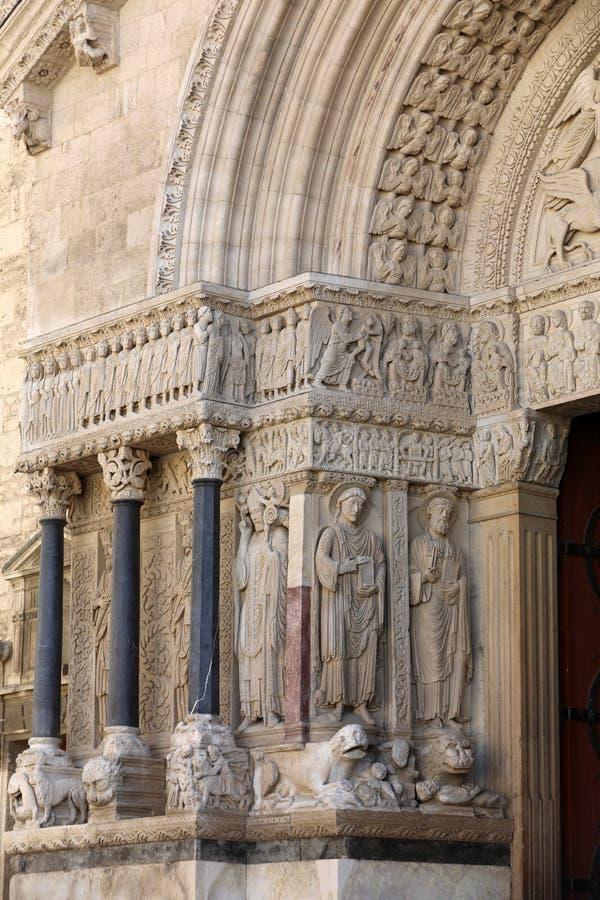 Standbeelden van apostelen op de Kathedraal van het westen poortheilige Trophime in Arles, Frankrijk De bouches-du-Rhône stock foto's