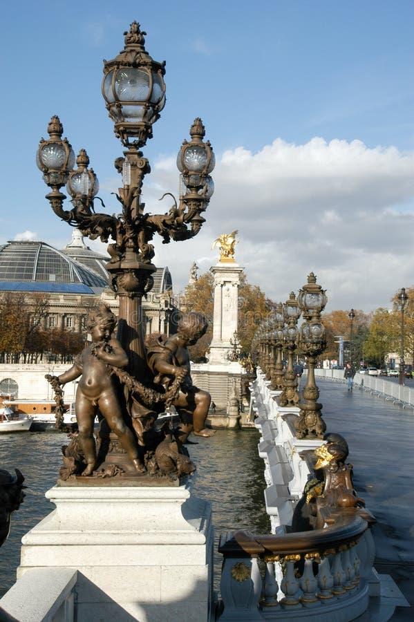 Standbeelden van de brug Alexander III in Parijs stock foto's