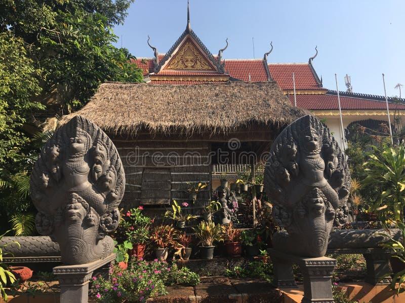 Standbeelden van de stijl oogsten de Grote Naga van Kambodja bij de Wat Preah Prom Rath-tempel in Siem, Kambodja stock fotografie