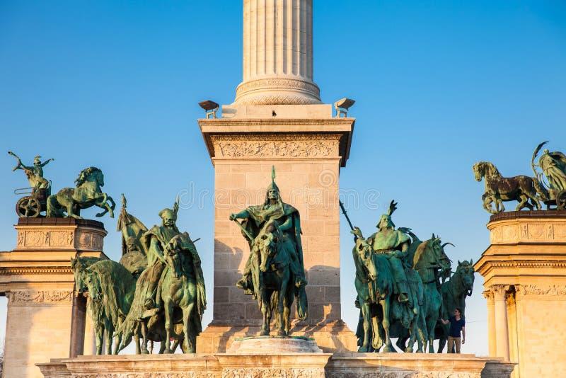 Standbeelden van de Zeven leiders van Magyars bij het beroemde Heldenvierkant royalty-vrije stock foto's