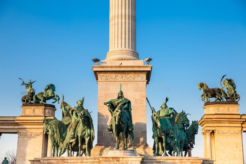 Standbeelden van de Zeven leiders van Magyars bij het beroemde Heldenvierkant royalty-vrije stock afbeelding