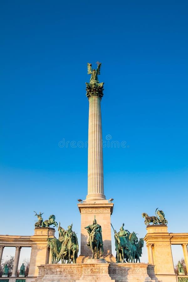 Standbeelden van de Zeven leiders van Magyars bij het beroemde Heldenvierkant stock afbeeldingen