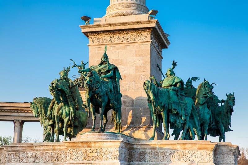 Standbeelden van de Zeven leiders van Magyars bij het beroemde Heldenvierkant royalty-vrije stock foto