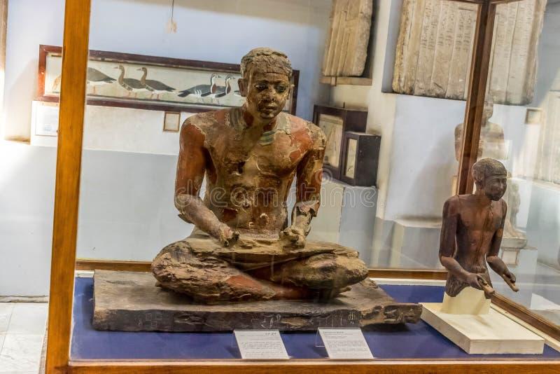 Standbeelden van een Egyptische schrijver door naam van Mitri stock foto
