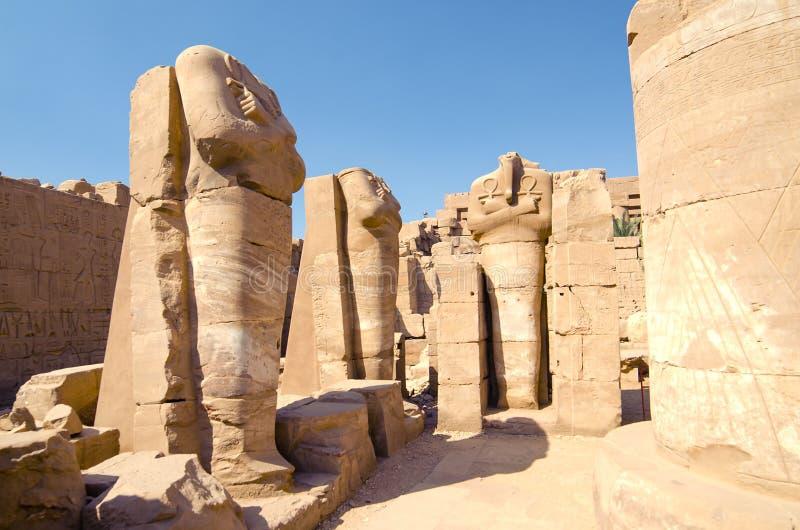Standbeelden van farao zonder hoofd in de tempel van Amun in Karnak, Luxor in Egypte royalty-vrije stock fotografie