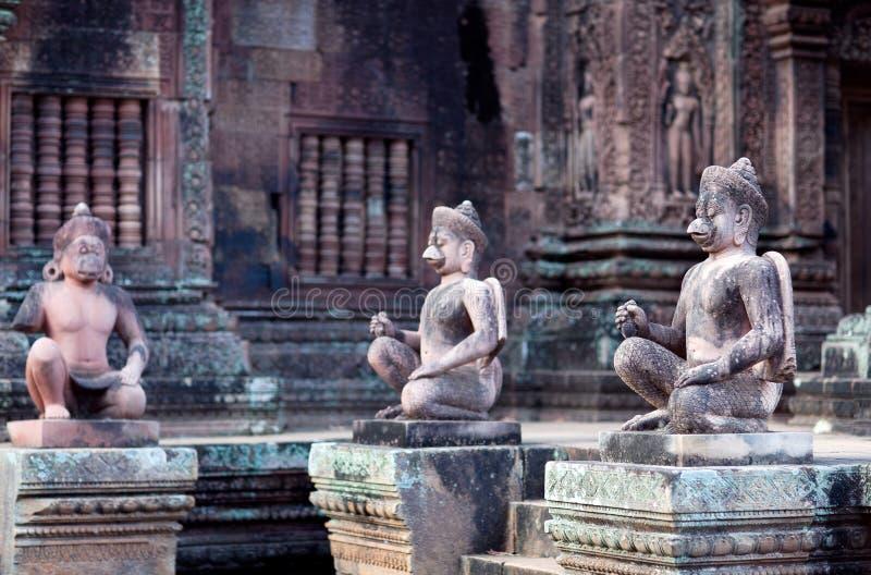 Standbeelden van Garuda in de Tempel van Banteay Srey, Kambodja stock fotografie