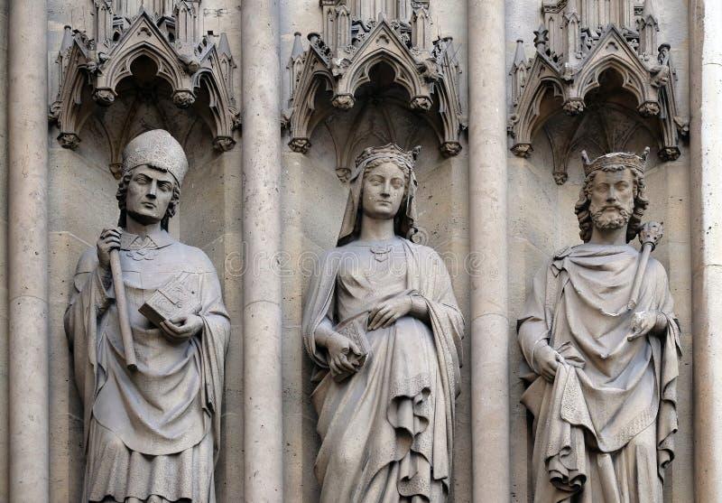 Standbeelden van Heiligen op het portaal van de Basiliek van Heilige Clotilde in Parijs royalty-vrije stock foto