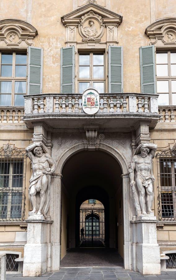 Standbeelden van Hercules in Palazzo Vescovile royalty-vrije stock foto