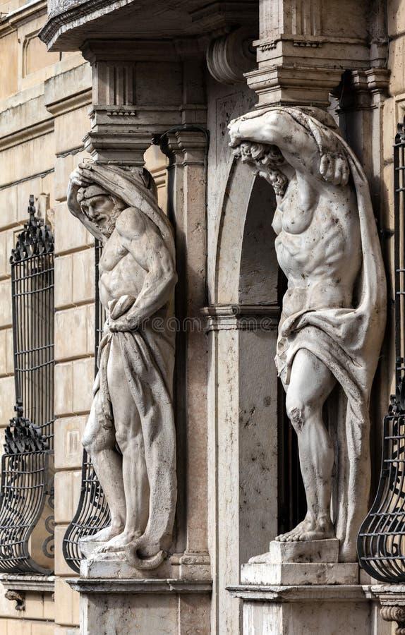 Standbeelden van Hercules in Palazzo Vescovile royalty-vrije stock afbeelding