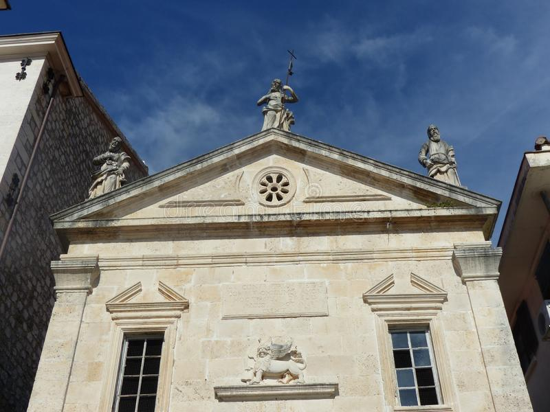 Standbeelden van het eind van de kerk van Heilige Marc in Perast in Montenegro royalty-vrije stock foto