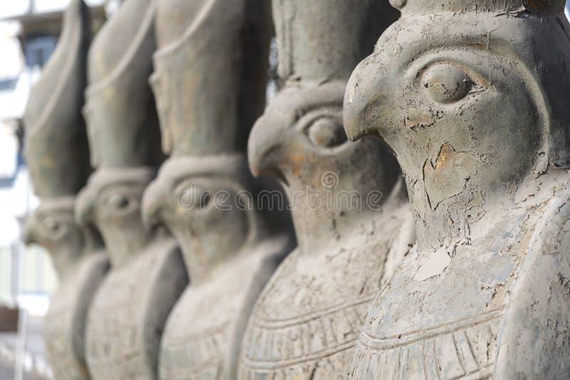 Standbeelden van Horus op een straat Hurghada Egypte stock afbeeldingen