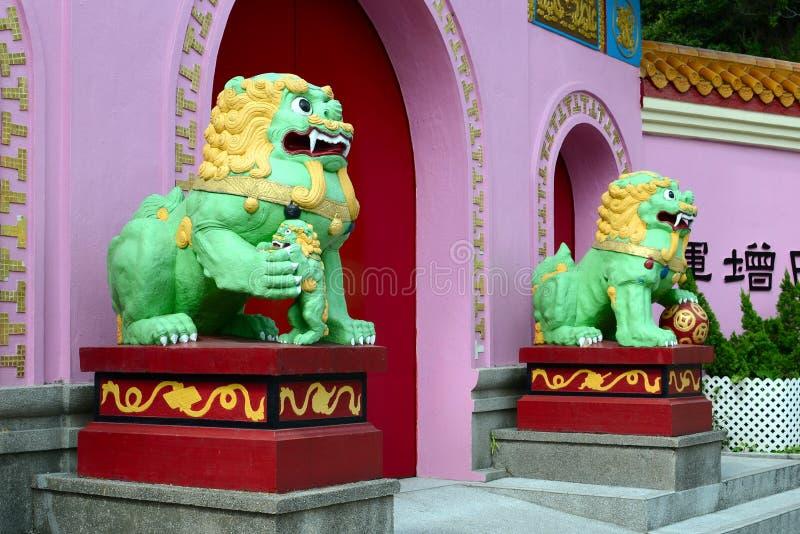 Standbeelden van leeuwen bij de ingang aan Yim Hing-tempel, Lantau-Eiland, Hong Kong stock afbeeldingen