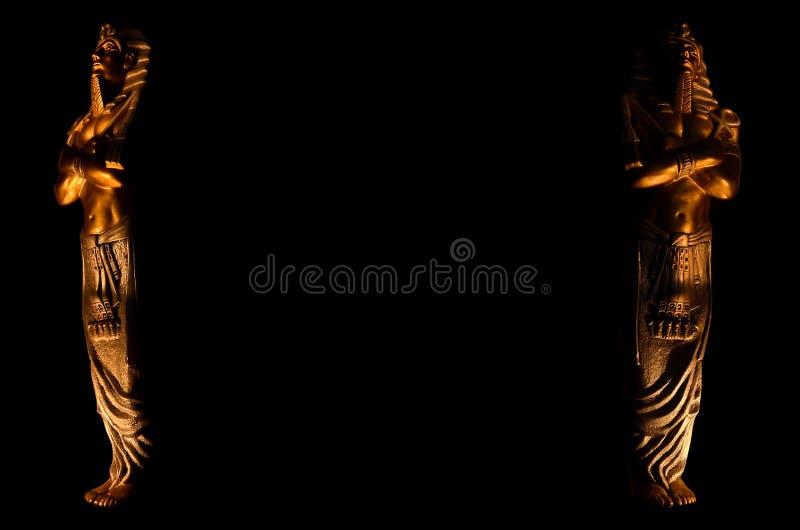Standbeelden van symbool van de de goden dode godsdienst van de konings het Egyptische farao dat op zwarte achtergrond wordt ge?s stock fotografie