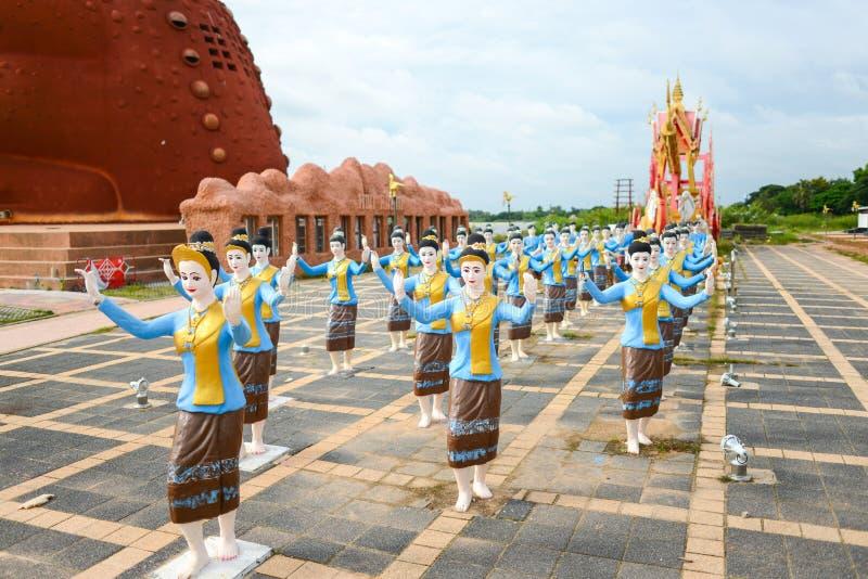 Standbeelden van vrouwendansers in de optocht van Boon Bang Fai-het Festival van de bamboeraket royalty-vrije stock afbeeldingen