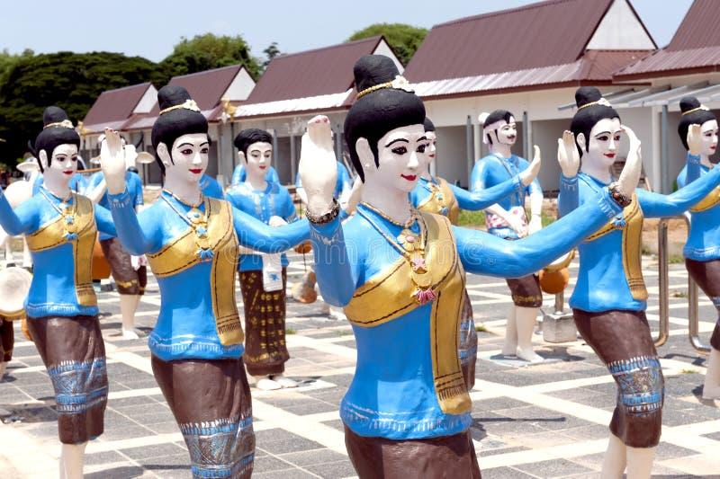 Standbeelden van vrouwendansers in de optocht van Boon Bang Fai-het Festival van de bamboeraket, Yasothon, Thailand royalty-vrije stock afbeelding